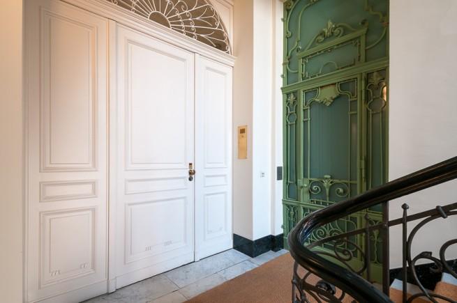 Herrschaftliches Treppenhaus mit Fahrstuhl