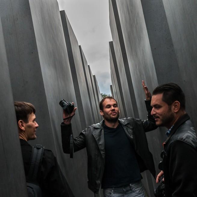 Lee Morris (Mitte) diskutiert mit Dennis Sell (links) und Igor Alvarez (rechts) am Jüdischen Mahnmal über Geschichte.