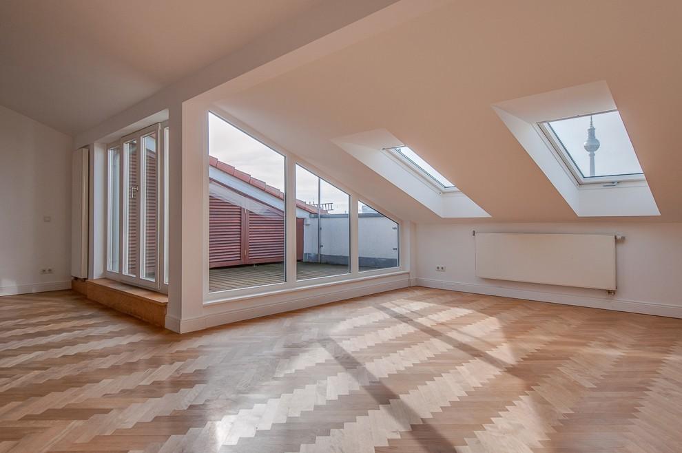 Die sonnige Dachterrasse mit Blick auf den Fernsehturm lässt viel Licht in den Wohnraum.