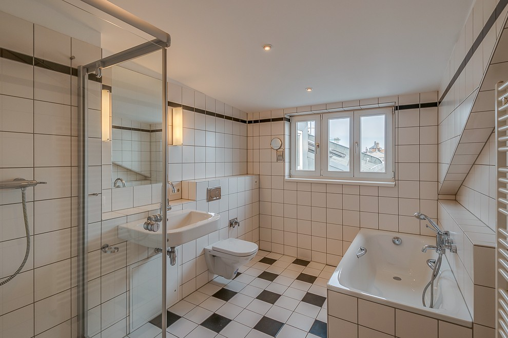 Für einen Dachausbau ein vergleichsweise großes Badezimmer mit Blick auf ein Wahrzeichen des Prenzlauer Bergs - den Wasserturm.