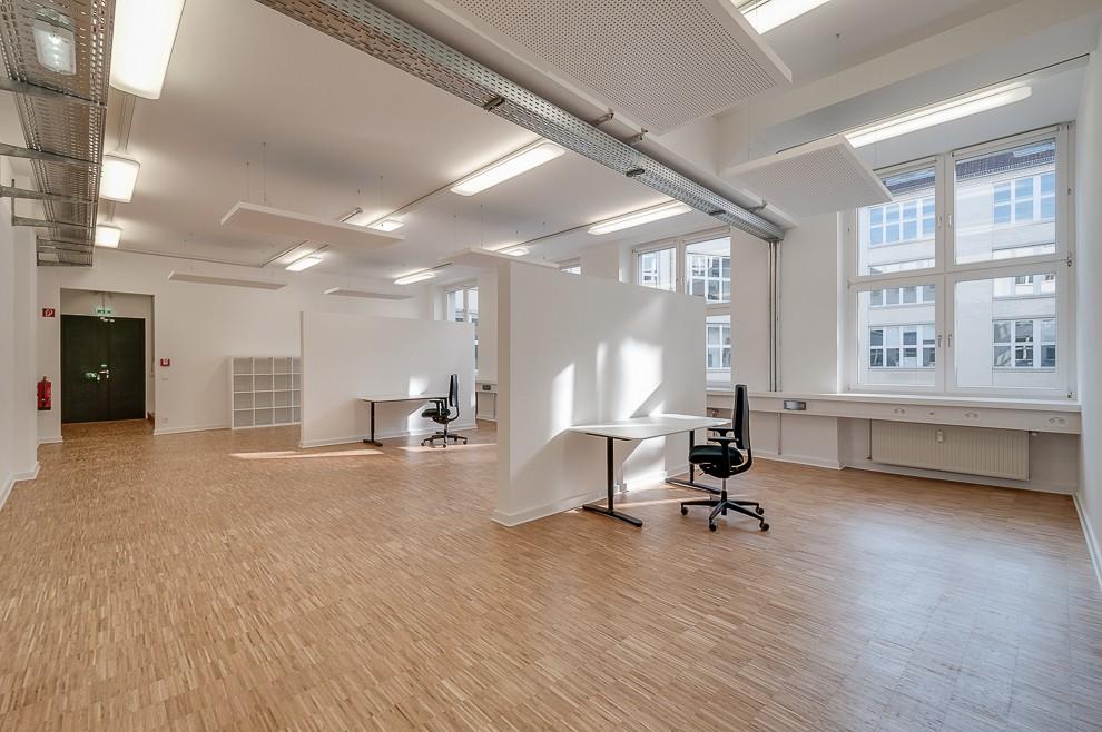 Trotz der engen Umfeldbebauung zeigt diese Aufnahme, dass viel Licht durch die Fenster fällt.