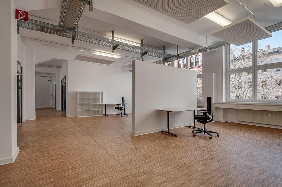 In diesem offenen Büro ist Raum für mindestens acht Arbeitsplätze. Mit wenigen Möbeln lässt sich eine Einrichtungssituation andeuten.
