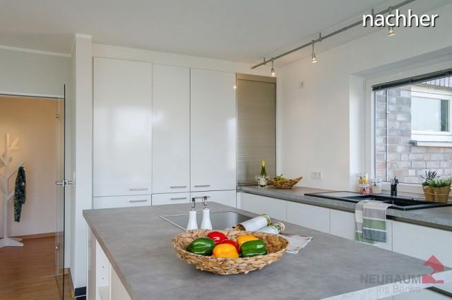 Nachher: Mit Küchenaccessoires und natürlichen Farben im Foto wirkt die Küche gleich wohnlicher (Foto: Iris Barwa)