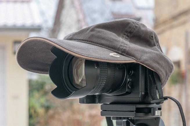 Kamera mit Basecap als Regenschutz