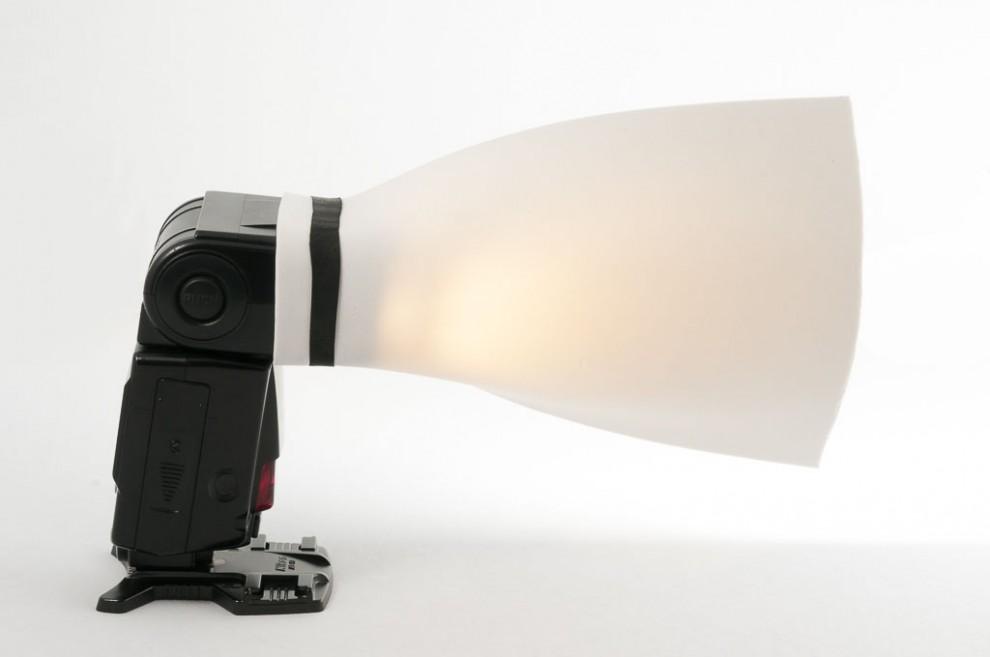 Moosgummi-Platte am Kopf eines Blitzlichtes