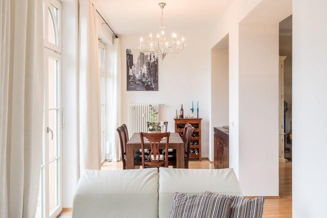 Wohn-, Ess- und Küchenbereich sind durch großzügige Durchbrüche der dicken Schlossmauern mit einander verbunden.