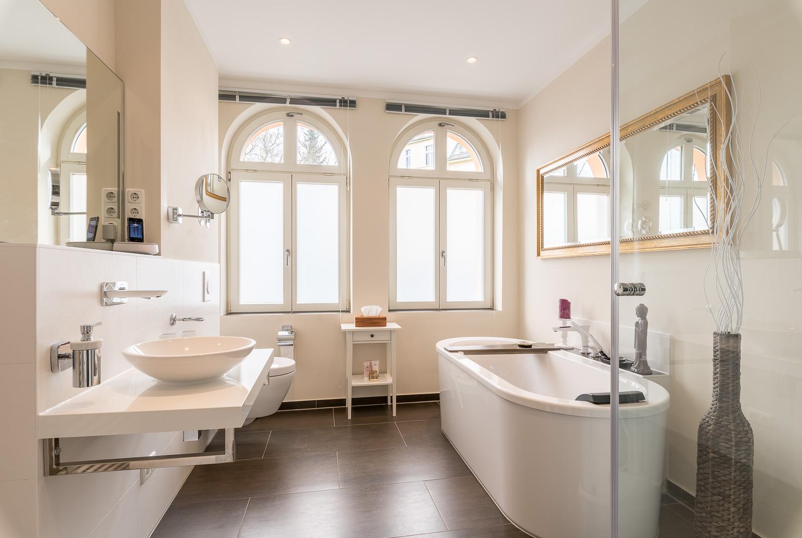 Hochmodernes Badezimmer im historischen Schloss-Ambiente  PrimePhoto