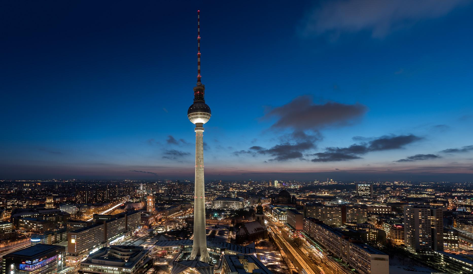 Panorama von der Dachterrasse nach Sonnenuntergang: Berlin, Alexanderplatz, Fernsehturm