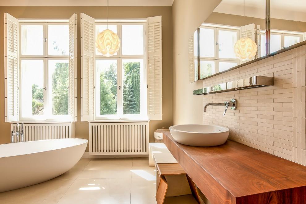 Historisches Bad modern saniert mit freistehender Badewanne