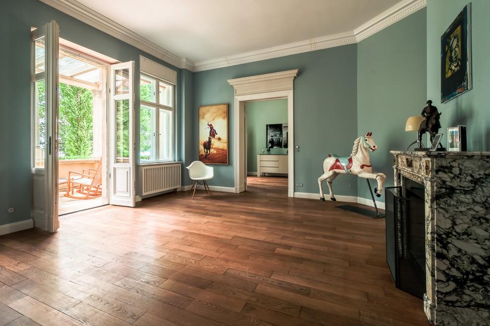 Großzügiges Wohnzimmer, ausgestattet mit wenigen Accessoires