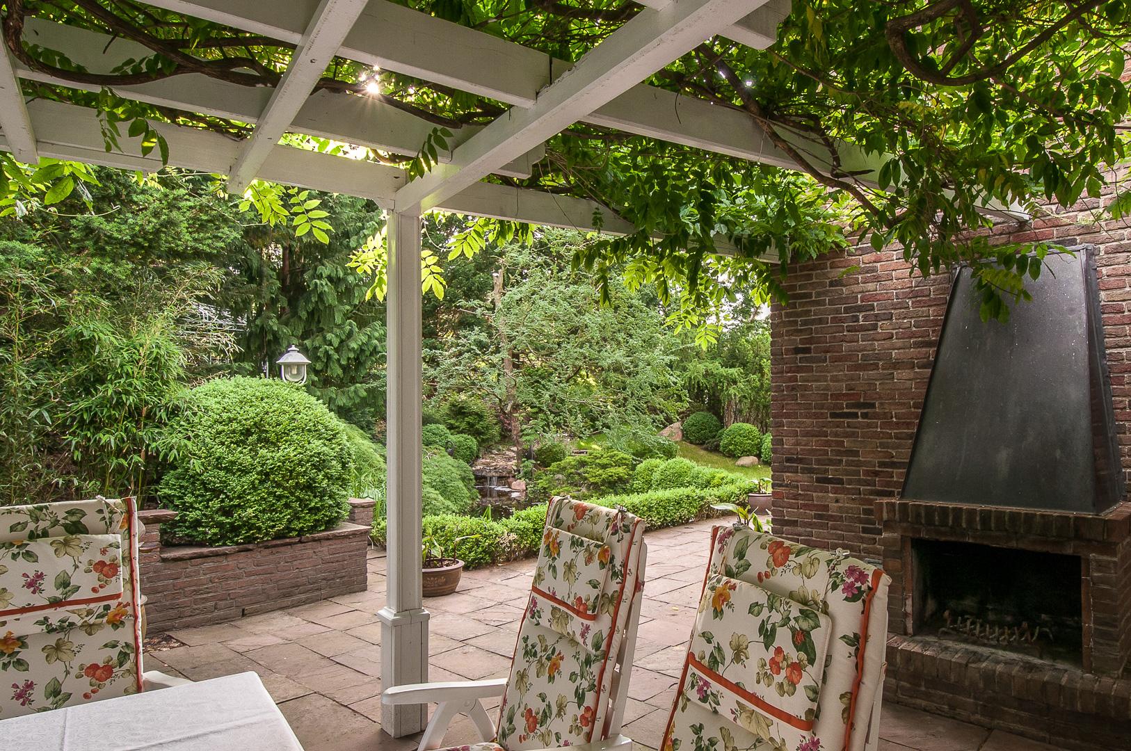 Gartenterrasse, Pergola und Außenkamin