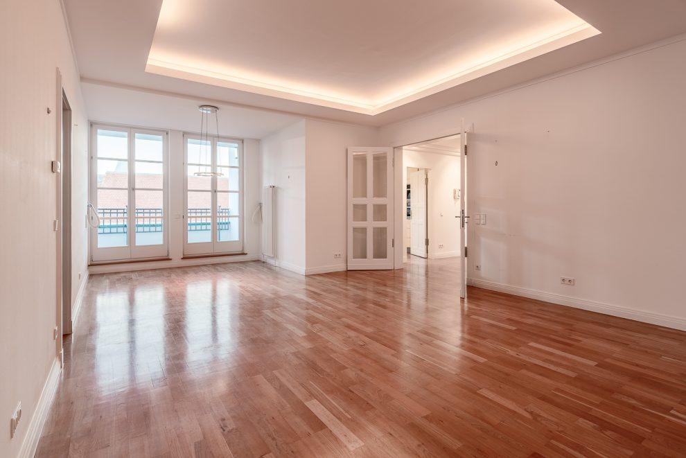 Salon mit Balkon-Blick auf Berlins historische Mitte