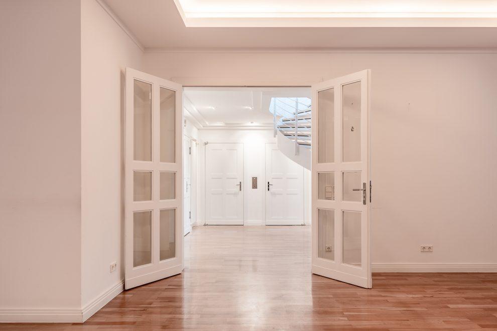 Verglaste Flügeltüren sorgen für eindrucksvolle Sichtachsen