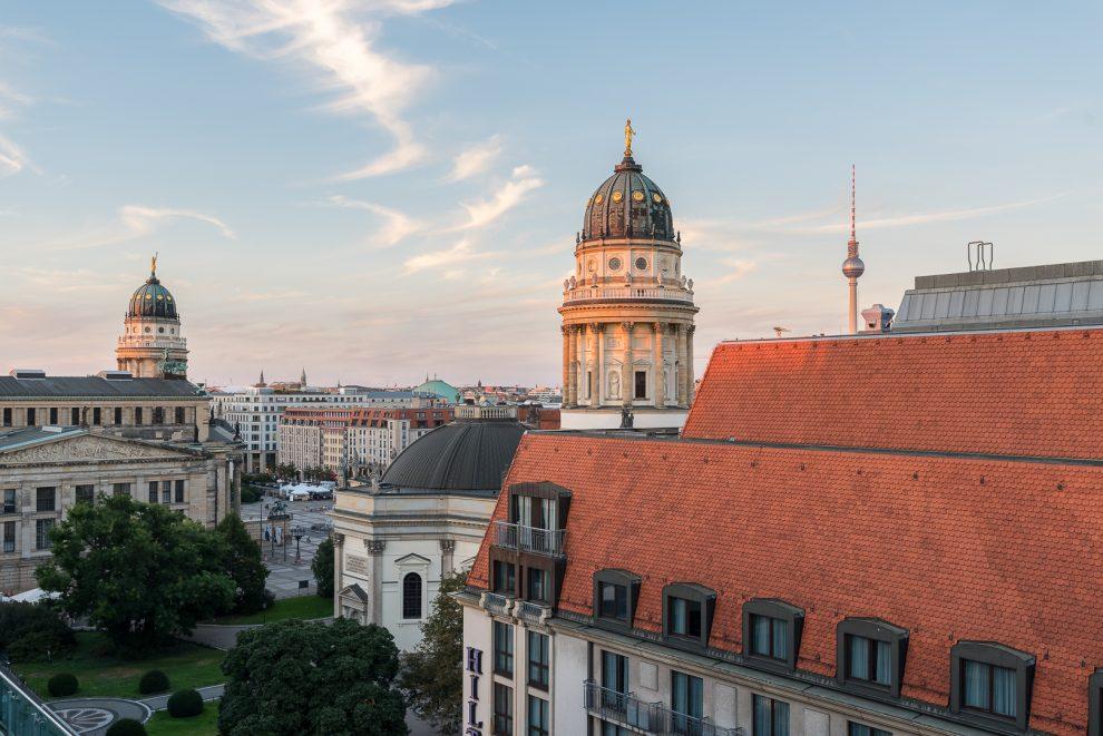 Blick von der Dachterrasse auf den Gendarmenmarkt und das historische Berlin