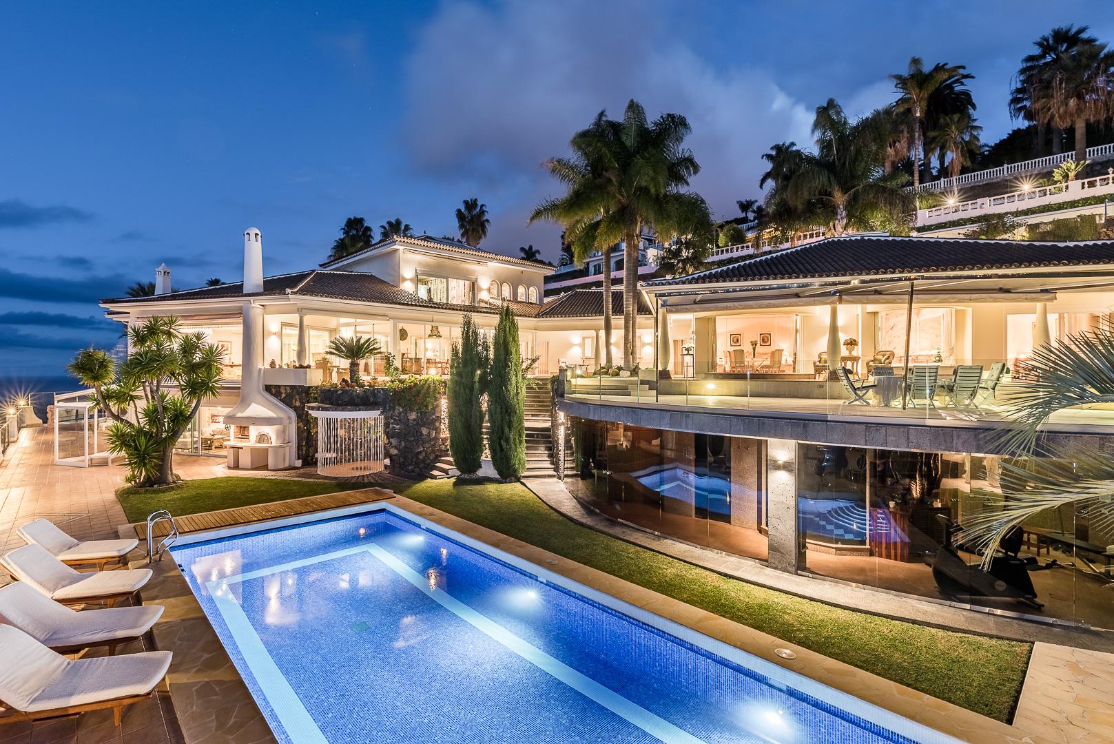Luxusvilla im Abendlicht