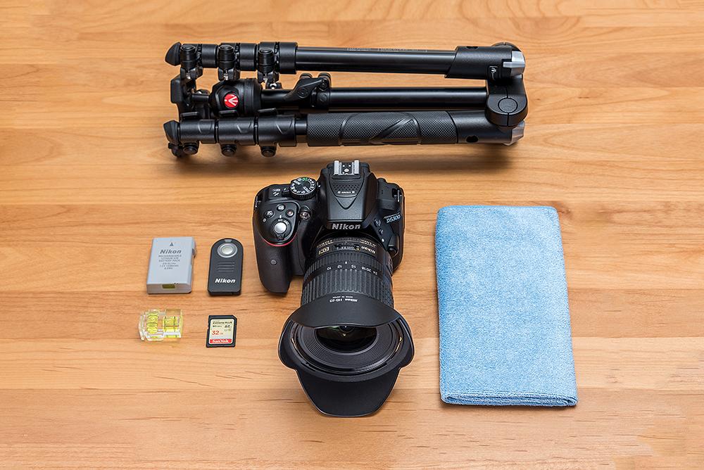 Basisausrüstung Kamera Nikon D5300, Objektiv Nikkor 10-24, Stativ Manfotto Befree, Reserve-Akku, Infrarot-Fernauslöser, Kamera-Wasserwaage. zweite Speicherkarte, Microfasertuch.