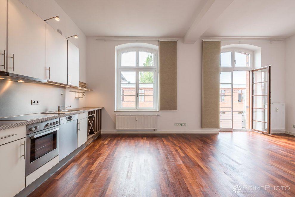 Zwei ehemalige Zellen wurden zur Wohnküche mit Balkon.