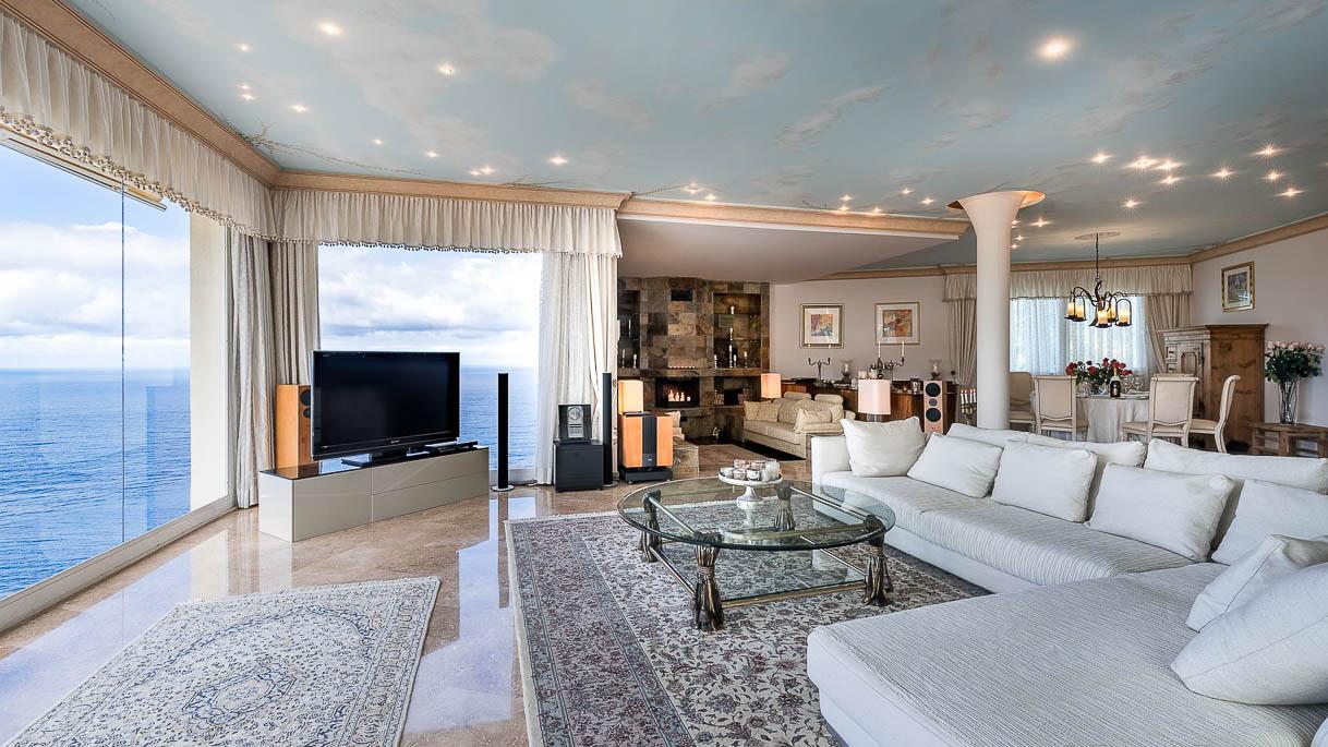 Wohnzimmer mit Blick auf das Meer - Immobilienaufnahme - PrimePhoto