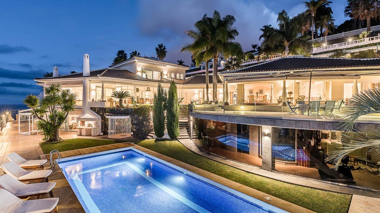 Außenfoto einer Villa am Atlantik in der Dämmerung - PrimePhoto