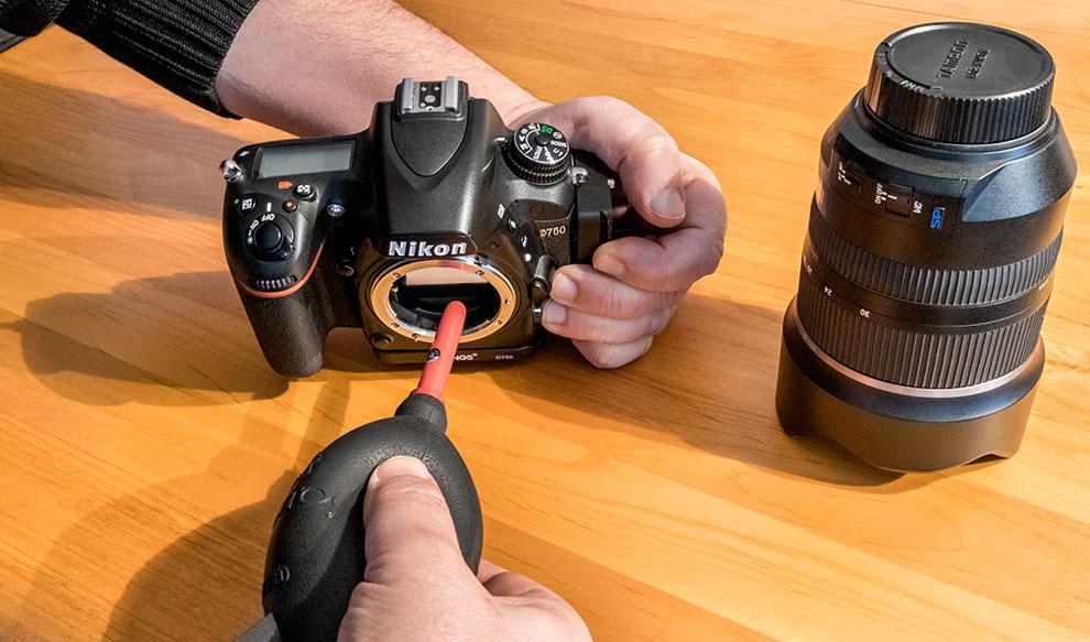 Das Kamerainnere muss sauber gehalten werden. Mit einem Blasebalg kann man Partikel entfernen.